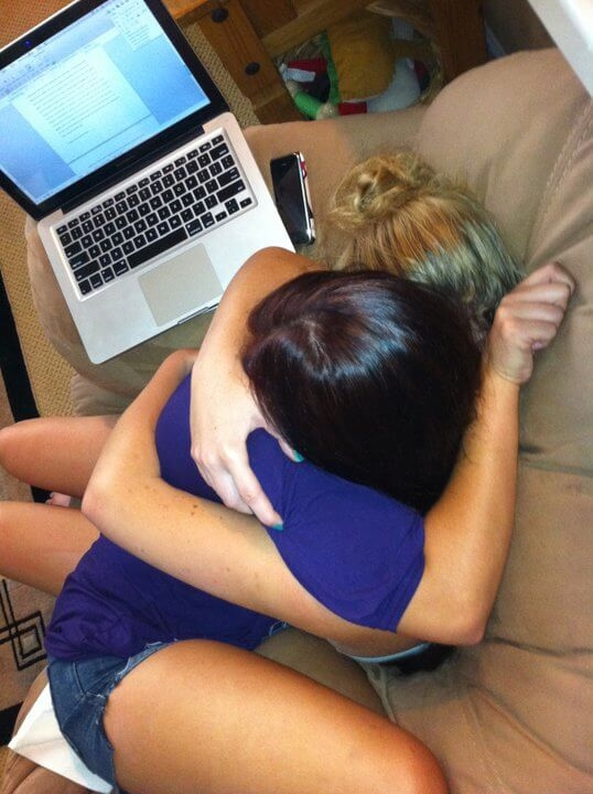 Cô gái này ôm chặt lấy chị mình sau khi người chị tìm cách tự sát nhưng bất thành. Khi những người bạn yêu thương đang cảm thấy hoài nghi về chính cuộc sống của mình, một hành động vỗ về đơn giản nhất cũng giúp họ cảm thấy yên lòng.