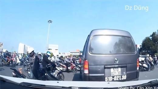 Ghê rợn cảnh xe máy nóng cháy giữa đường
