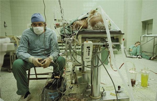 Sau cuộc phẫu thuật ghép tim kéo dài 23 giờ, vị bác sĩ già mới có thời gian ngồi nghỉ, trong khi ngườitrợ lýthiếp đi trong một góc.