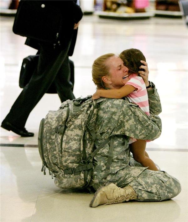 Sau 7 tháng tham chiến tại Iraq, nữ quân nhân Terry Gurrola quay về nước và khóc nức nở trong vòng tay của cô con gái bé bỏng.
