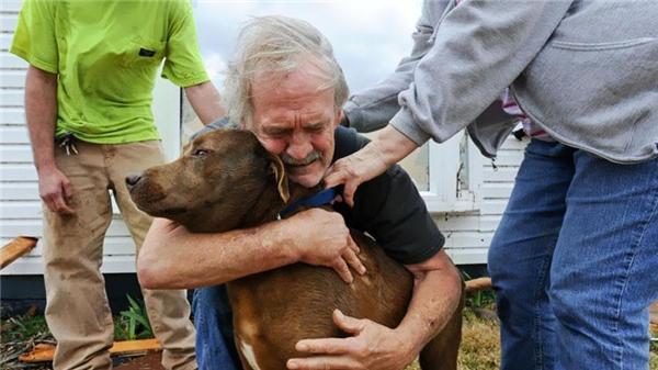 Cụ già này ôm chầm lấy chú chó thân yêu của mình và khóc nức nở sau khi chú được tìm thấy trong đống đổ nát của ngôi nhà do một cơn lốc xoáy gây ra vào năm 2012 ở Alabama.