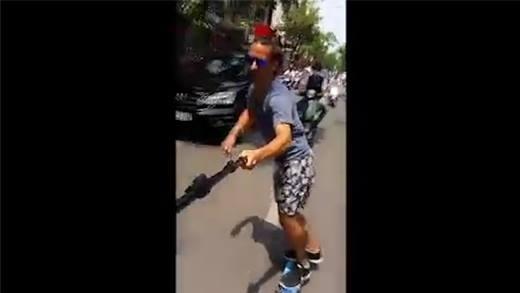 Hồi hộp với cảnh người nước ngoài trượt ván giữa đường phố Việt Nam