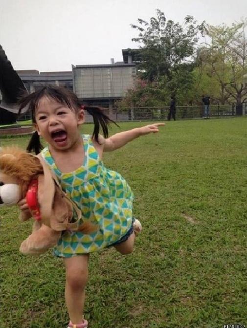 """Bức ảnh bé gái ôm gấu bông vừa chạy vừa khóc trở thành """"nguyên liệu"""" cho các thánh chế ảnh trên mạng xã hội."""
