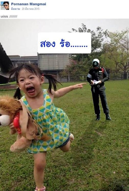 Bé gái hốt hoảng bỏ chạy khi bị cảnh sátxé vé phạt.