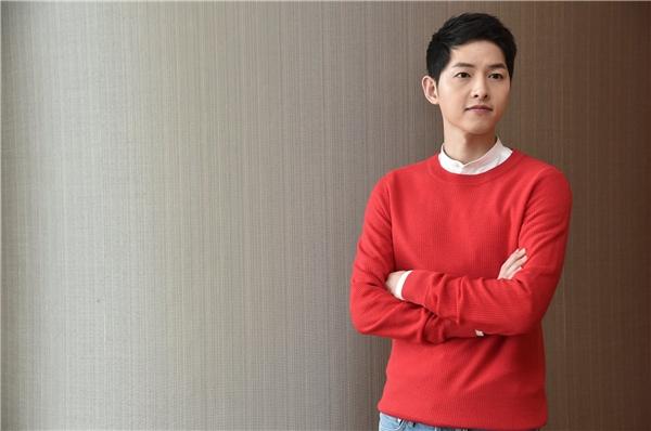 Sắc đỏ nổi bật vô cùng phù hợp với nước da sáng của Song Joong Ki.