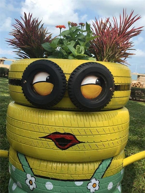 Trên đầu các chú được dùng để trồng hoa cỏ.