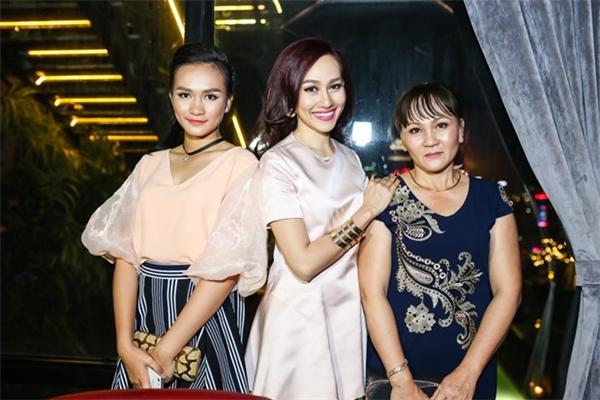 Á hậu 1 Hoa hậu Việt Nam toàn cầu 2013 khoe mẹ và em gái. - Tin sao Viet - Tin tuc sao Viet - Scandal sao Viet - Tin tuc cua Sao - Tin cua Sao