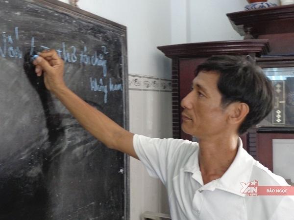 Sau mỗi giờ đến lớp anh đều dạy kèm thêm cho con ở nhà.