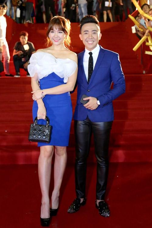 Trên thảm đỏ HTV Award 2016 vừa qua, nữ ca sĩ sánh vai Trấn Thành đến nhận giải thưởng. Hari Won xuất hiện trẻ trung, thanh lịch trong chiếc váy ôm sát màu xanh cobant kết hợp chi tiết làm phồng ở ngực váy. Đi kèm bộ trang phục là chiếc túi Lady Dior có giá đến vài chục triệu đồng.