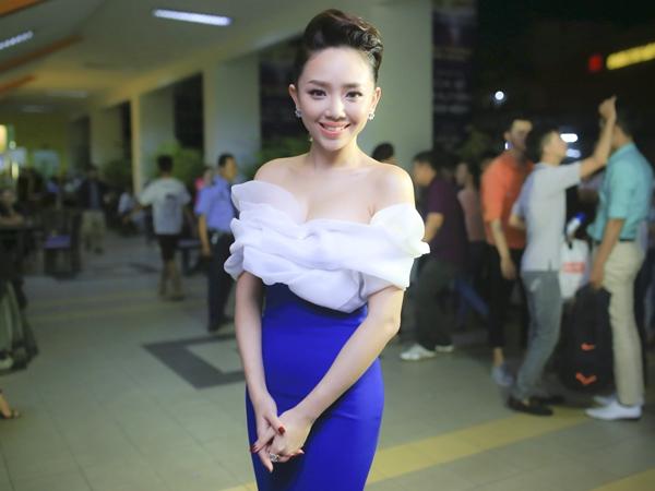 Cách đây khá lâu, Tóc Tiên cũng từng diện một thiết kế tương tự. Tuy nhiên, nữ ca sĩ lại mang đến hình ảnh năng động, gợi cảm hơn Hari Won.