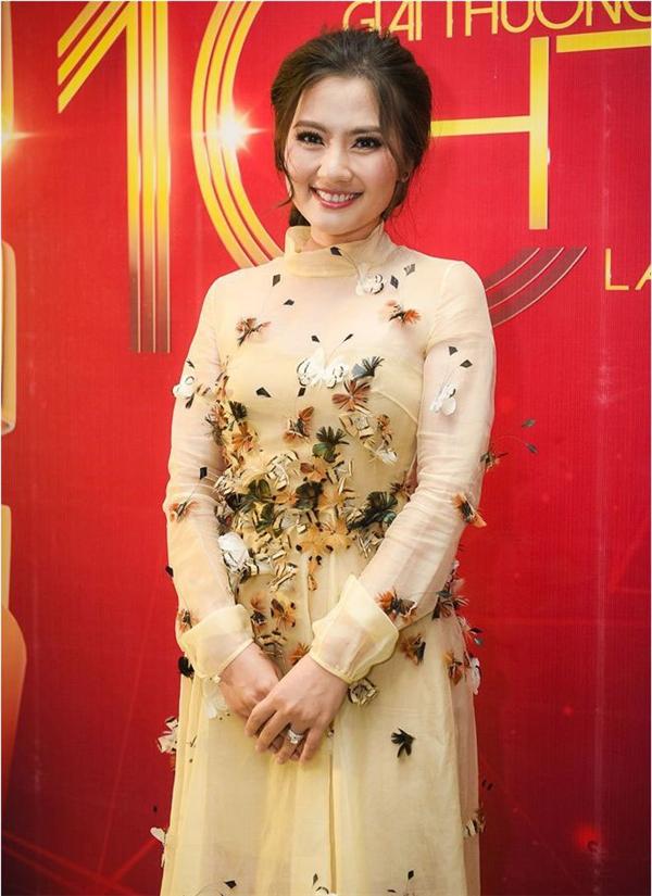 Bộ váy này từng được nữ diễn viên Ngọc Lan diện cách đây không lâu. Tuy nhiên, so với Ái Phương thì Ngọc Lan có phần kém thu hút hơn bởi cách trang điểm khá già dặn. Bên cạnh đó, phom váy này dường như không mấy phù hợp với thân người hơi tròn trịa của nữ diễn viên.