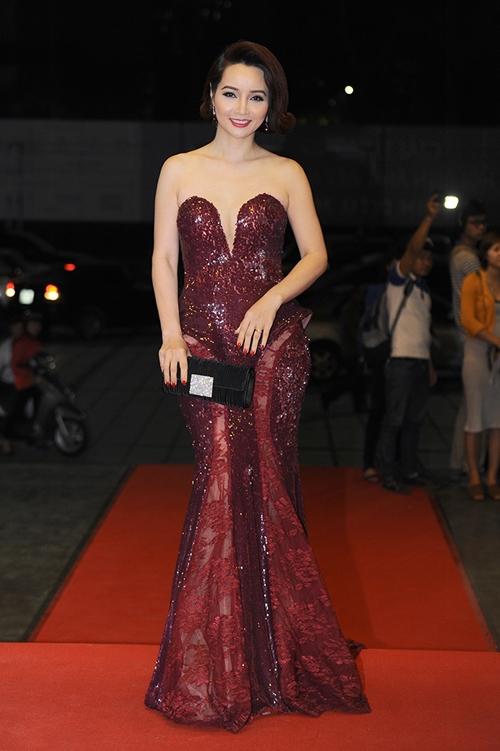"""Sau đó vài ngày, diễn viên Mai Thu Huyền cũng diện lại bộ váy này. Bỏ qua vấn đề tuổi tác, Mai Thu Huyền có vẻ hơi kém cạnh đàn em với mái tóc uốn cổ điển khiến cô trông """"dừ"""" hơn hẳn."""
