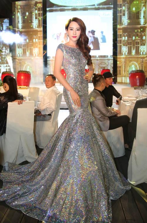 Hoa khôi Đồng bằng sông Cửu Long 2015 - Nam Em vừa diện lại bộ váy mà Lan Khuê mang đến Hoa hậu Thế giới trong một đêm tiệc vừa qua. Thiết kế với chất liệu ánh kim nổi bật đã giúp cô trở thành tâm điểm.