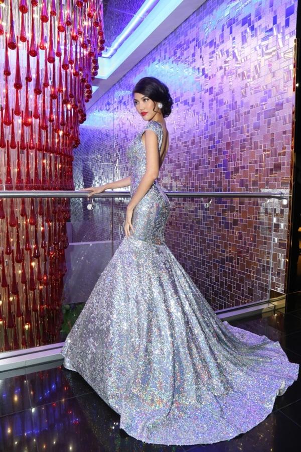 Tuy nhiên, có lẽ bộ váy đã được đo ni đóng giày cho Lan Khuê nên Nam Em trông có phần kém thu hút hơn đàn chị khi diện lại bộ váy.