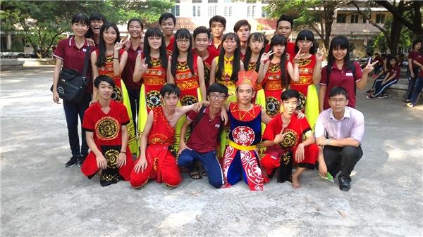 Ngoài thời gian học tập, anh còn tham gia tất cả các hoạt động ngoại khóa cùng các em học sinh. (Ảnh: NVCC)