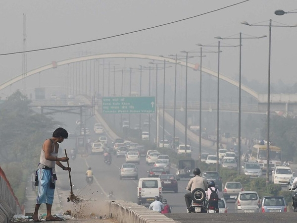 Đầu năm 2016, Ấn Độ áp dụng chính sách xe cộ lưu thông trên đường luân phiên ngày chẵn - lẻ theo biển số xe. Chính sách này áp dụng từ 8 giờ sáng cho tới 8 giờ tối và không áp dụng vào ngày Chủ Nhật.