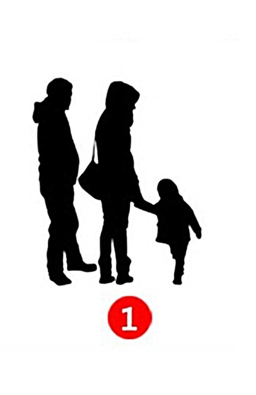 Người bố đứng sau nhìn hai mẹ con dắt tay nhau. (Ảnh: Internet)