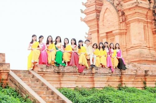Bạn Thanh Tùng cho hay ban đầu một số bạn trong lớp đã tỏ ý quyết tâm ngoài chụp kỉ yếu với trang phục vest và áo dài với áo cử nhân, thì thêm vào đó sẽ thực hiện một bộ ảnh khác riêng biệt đó là khoác lên mình trang phục truyền thống của đất nước Ấn Độ.
