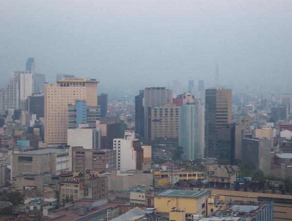 Những ngôi nhà cao chọc trời bị bao phủ bởi khói bụi ô nhiễm.
