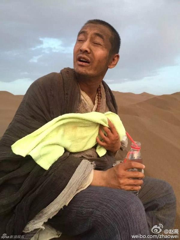Huỳnh Hiểu Minh ngồi nghỉ mệt mỏi trên sa mạc. Ảnh: Sina.