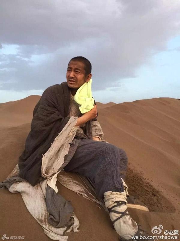 Trong hậu trường, sau mỗi cảnh quay, anh đều ngồi gục vì quá nóng và mệt. Ảnh: Sina.