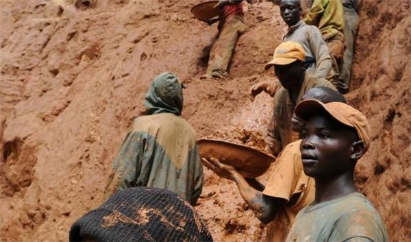 Người dân Congo tìm vàng để sản xuất bảng mạch cho smartphone và laptop.