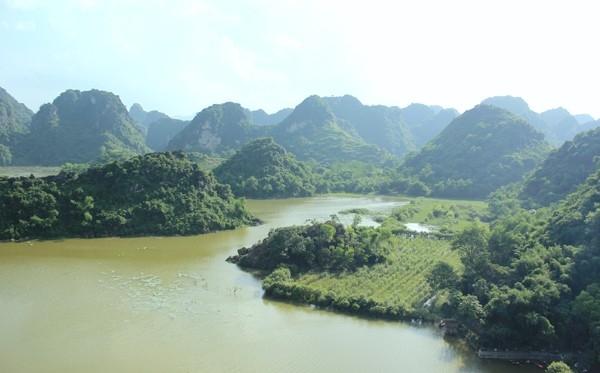 Trông xa, Hồ Quan Sơn đẹp như một bức tranh sơn thuỷ hữu tình. (Ảnh: Internet)
