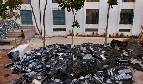 Rác thải điện tử trên một đường phố tại Ấn Độ.