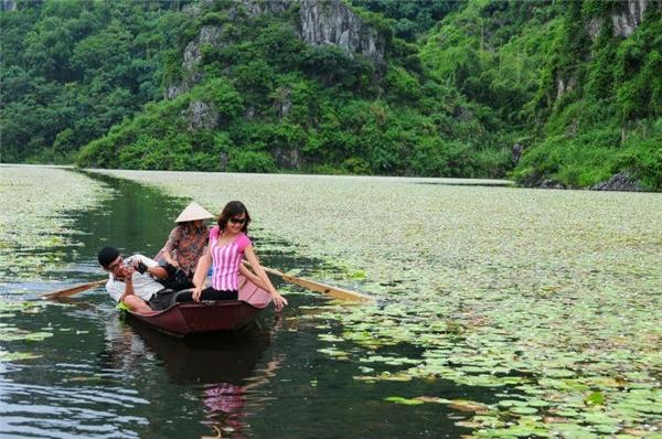 Trôi trên mặt nước vòng quanh Hồ Quan Sơn. (Ảnh: Internet)