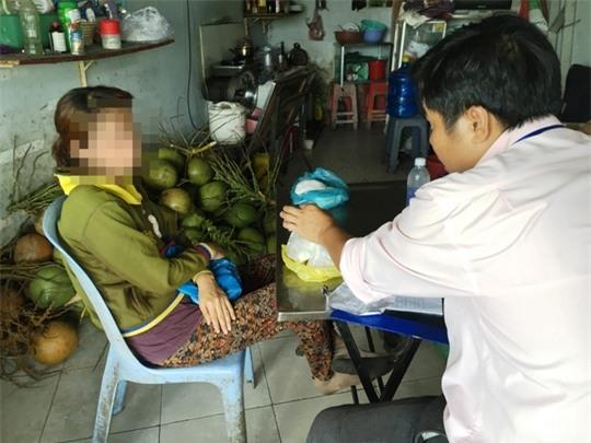 Mỗi ngày bà Lan bán ra 40-50 trái dừa gọt vỏ ngâm chất bột tẩy trắng.