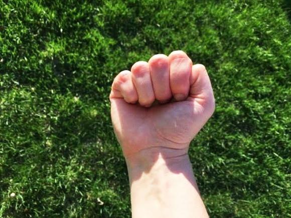 Cũng như cách bạn giấu ngón cái vào trong, bạn là người nhạy cảm và sống khép kín. (Ảnh: Internet)