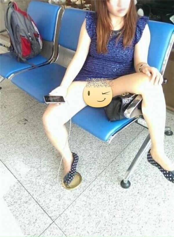 Hình ảnh phản cảm của cô gái ngay tại một ngân hàng ởThái Lan. (Ảnh: Internet)