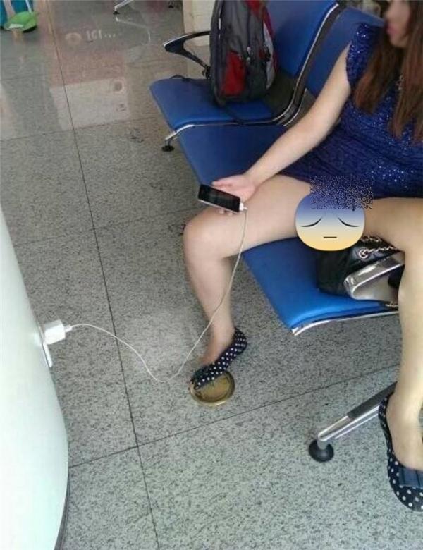Mặc kệ mọingười cô nàng thản nhiên ngồigác chân lên ghế. (Ảnh: Internet)