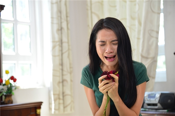 Ở phân cảnh này người đẹp Phan Thị Mơ phải diễn rất nhiều cảnh buồn, khóc đến mức hai mắt sưng lên. - Tin sao Viet - Tin tuc sao Viet - Scandal sao Viet - Tin tuc cua Sao - Tin cua Sao