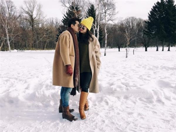 Áo măng tô dáng dài mang đậm hơi thở thời trang Thu - Đông có tông màu pastel ngọt ngào. Trong khung cảnh tràn ngập băng tuyết của châu Âu thì bộ trang phục càng trở nên thi vị hơn.