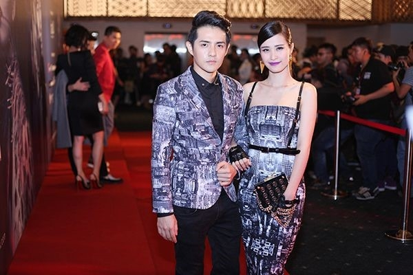 Vest của Ông Cao Thắng và váy cocktail của Đông Nhi được nhà thiết kế Chung Thanh Phong thực hiện với chất liệu, họa tiết, màu sắc giống nhau hoàn toàn.