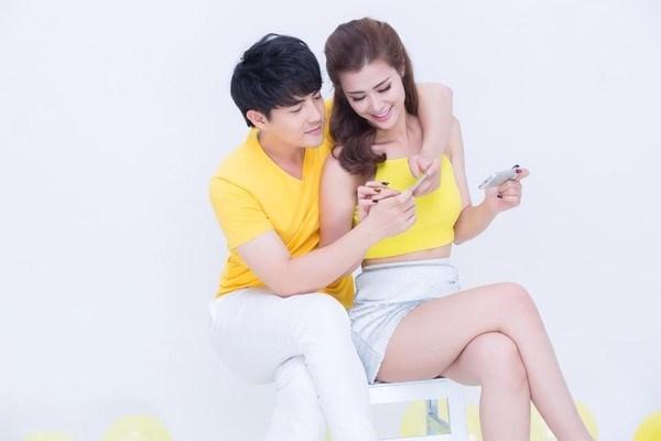 Sắc vàng kết hợp tông trắng thanh lịch mang lại vẻ ngoài rạng rỡ, thu hút cho cặp đôi hot nhất, nhì V-biz.