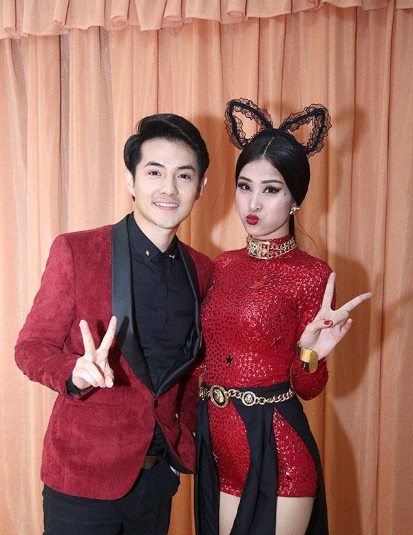 Đến ủng hộ bạn gái trong một đêm diễn tại The Remix 2015, Ông Cao Thắng diện bộ vest lịch thiệp có màu sắc tương tự trang phục trình diễn của Đông Nhi.