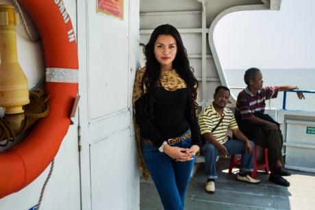 Một phụ nữ trên biển Java, Indonesia.