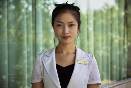 """Noroc cho biết: """"Đến Bắc Triều Tiên, tôi như bước chân vào một hành tinh khác, với các quy định khác"""". Đây là một phụ nữ ở Bình Nhưỡng, Bắc Triều Tiên."""