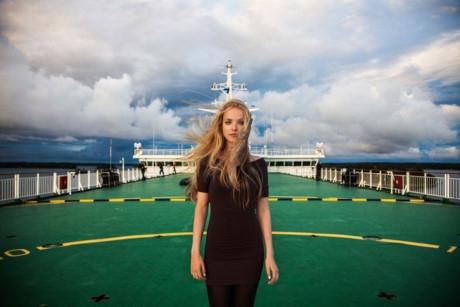 Một phụ nữ đứng trên cầu tàu ở biển Baltic, Phần Lan.