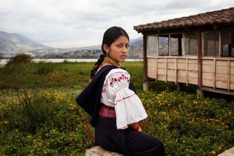 Một phụ nữ trong trang phục truyền thống ở Otavalo, Ecuador.