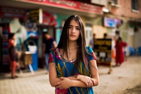 Một phụ nữ trên đường phố Dushanbe, Tajikistan.