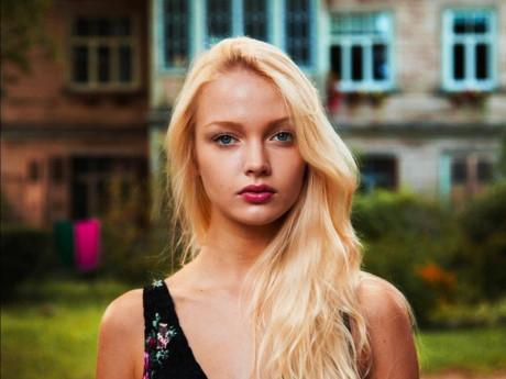 Một phụ nữ tóc vàng ở Latvia.