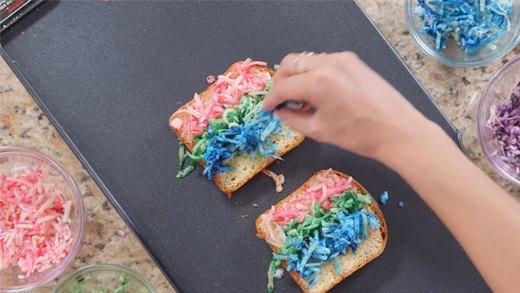 Cách làm bánh mì phô mai cầu vồng cực hot trên thế giới