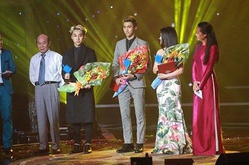 Năm 2015 là năm đánh dấu sự phát triển vượt bậc trong sự nghiệpcủaSơn Tùng,khi anh đánh bại dễ dàng các đối thủ trong nước, đểtrở thành đại diện Việt Nam tham dự vòng bình chọn Đông Nam Á của giải MTV EMA. - Tin sao Viet - Tin tuc sao Viet - Scandal sao Viet - Tin tuc cua Sao - Tin cua Sao