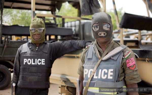 Họ là cảnh sát hay là thợ lặnvậy? (Ảnh: Internet)