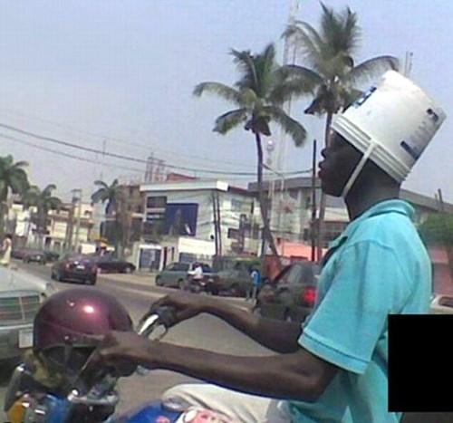 Mũ bảo hiểm không an toàn bằng xô nước? (Ảnh: Internet)