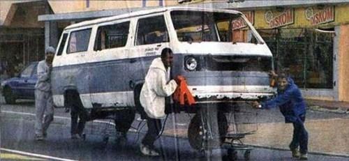 Ở châu Phi, người ta vận chuyển xe hơi hỏng giống như mua hàng trong siêu thị. (Ảnh: Internet)