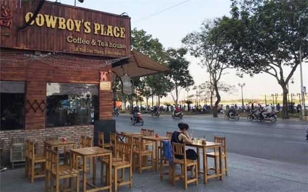 Cowboy quay mặt thẳng về khu bắn pháo hoa ở nóc hầm Thủ Thiêm nên được cho là quán cà phê có vị trí ngắm pháo hoađắc địa nhất Sài Gòn.(Ảnh: Internet)